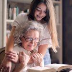 θέλω να πάω σπίτι μου γιαγιά εγγονή αγκαλιά